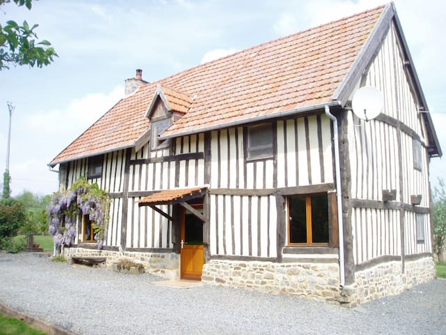 17th century Timber framed House sleeping up to  6 - Isigny-le-Buat - Hus