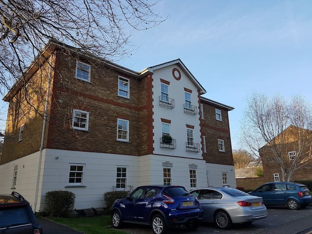 Overlooking Camberley Park & close to amenities - Camberley - Apartamento