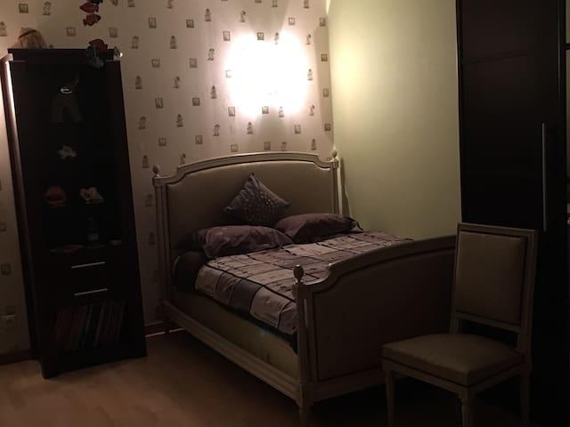 Chambre-room 2/4 pers proche Disney - Condé-Sainte-Libiaire - Huis