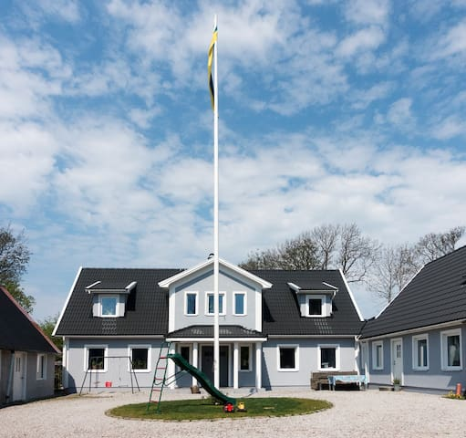Modern living on a quiet and peaceful old farm! - Båstad - Daire