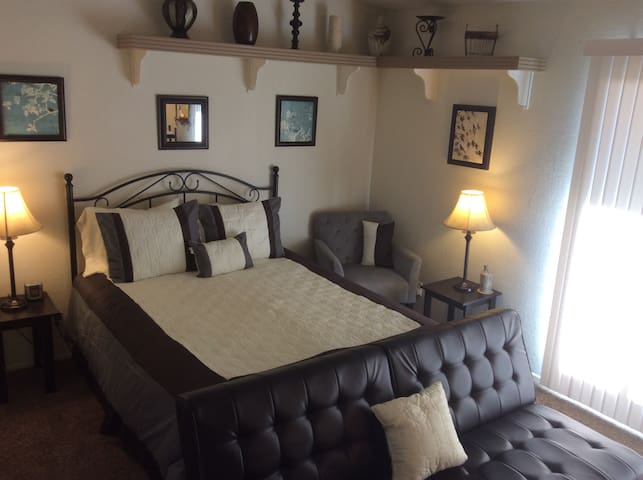 Lovely 3BRM Home Spa, Oasis Yard, Garage & Laundry - Palmdale