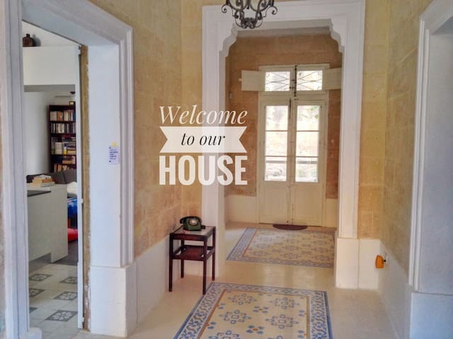 Book now: Charming and central Maltese townhouse - Биркиркара - Таунхаус