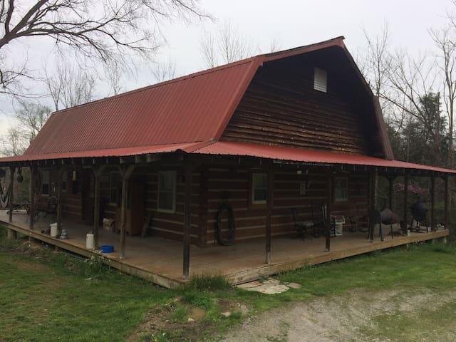 Quiet hand built Log Cabin hidden in the woods - Butler - Stuga