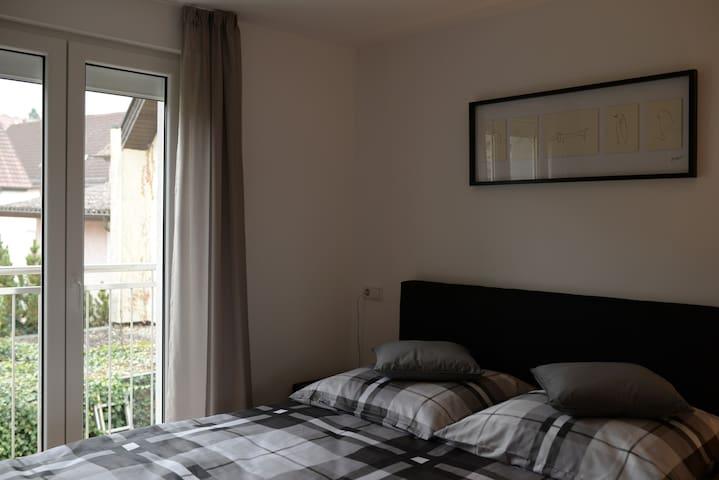 Neu renovierte 2,5 Zimmer OG Wohnung zentral - Oedheim - Lägenhet