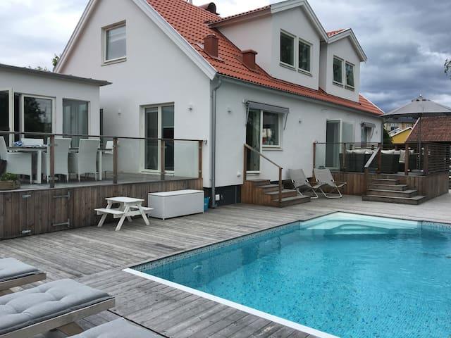 Nybyggd villa med pool i centrala Kungsbacka - Kungsbacka - Villa