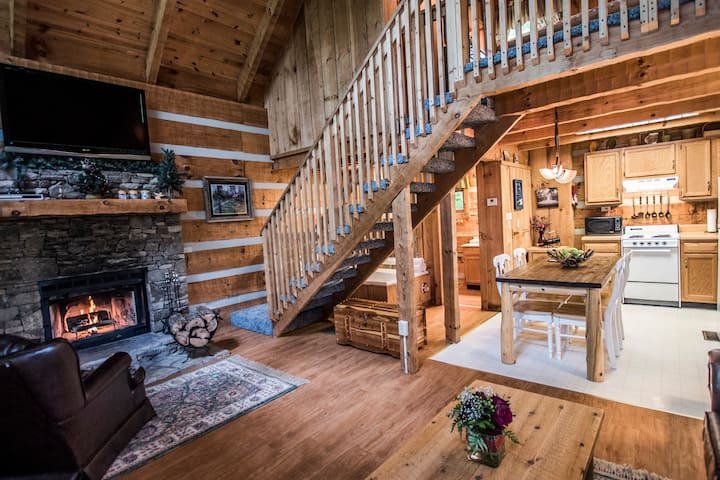 Rustic Pigeon Forge log cabin near everything - Pigeon Forge - Cabaña