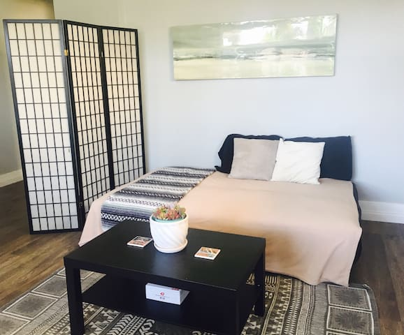 Comfy Futon for Travelers on the go! Near Downtown - San Diego - Appartement