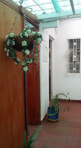 Arriendo acogedora habitación - Madrid - Huis