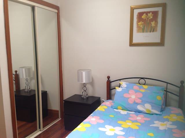 Cozy room easy access city/ airport - Glenroy - Ev