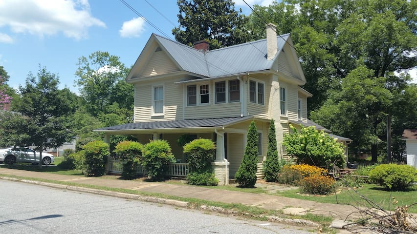 Charming Private Upstairs Suite - Morganton - Hus