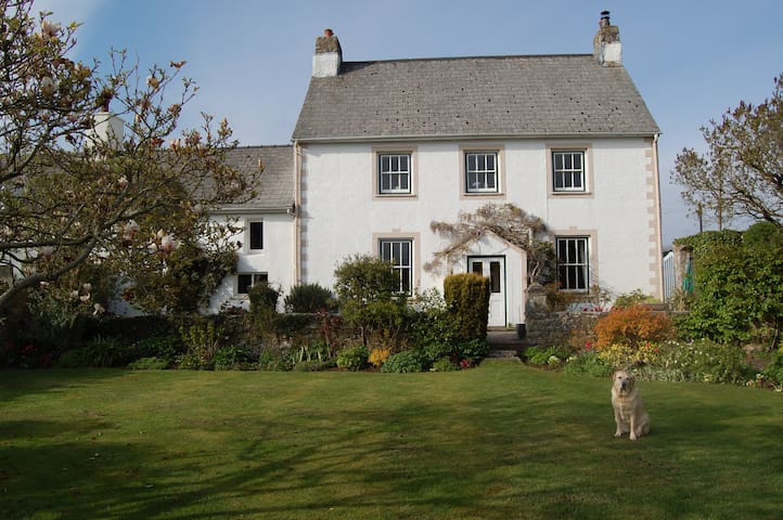 Comfortable large ensuite bedroom in old farmhouse - Vale of Glamorgan - Casa