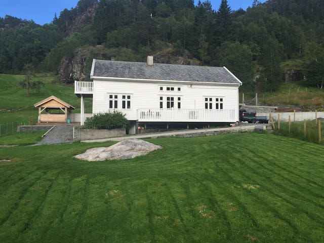 Farmhouse by the fjord. - Tyssebotnen - Huis