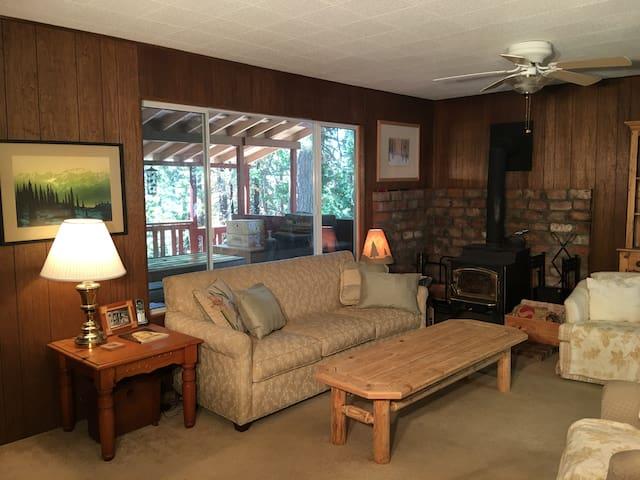 4 bedroom newly remodeled cabin, sunny back deck - Long Barn - Casa de campo