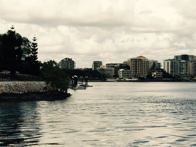 Funky Pad on river 2.5 kms to CBD - Norman Park - Domek parterowy