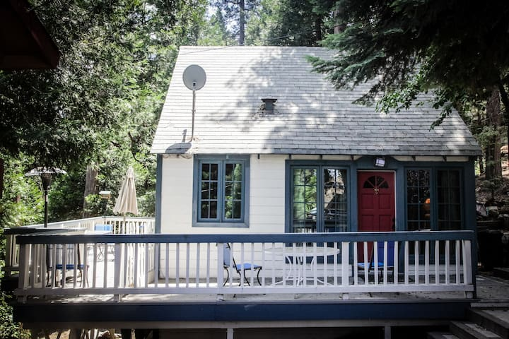 Charming cabin with expansive deck - San Bernardino - Bed & Breakfast