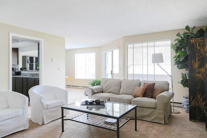 Luxury Mercer Island Condominium in Quiet Village - マーサーアイランド