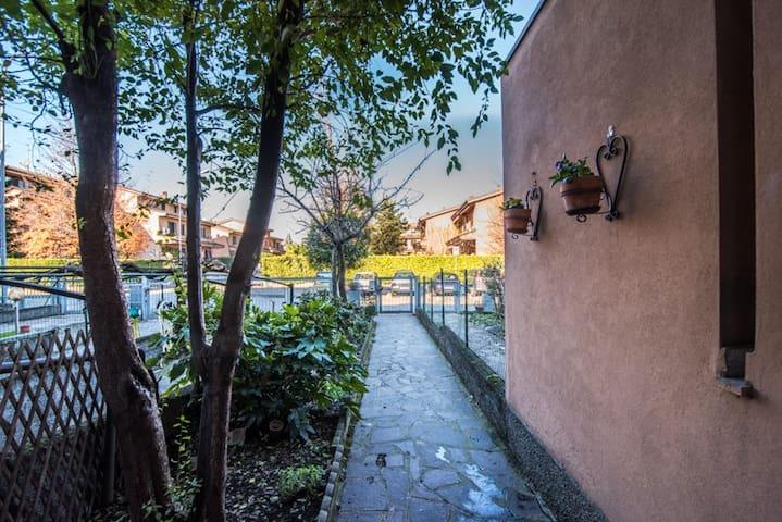 Villa di 200 mq immersa nel verde parco di Milano. - Lucino-rodano - Vila