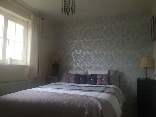 A lovely double room with parking - Cambourne