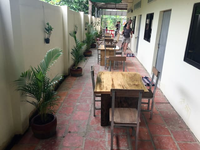 Room with lovely outdoor space and friendly host - Krong Battambang - Casa de huéspedes