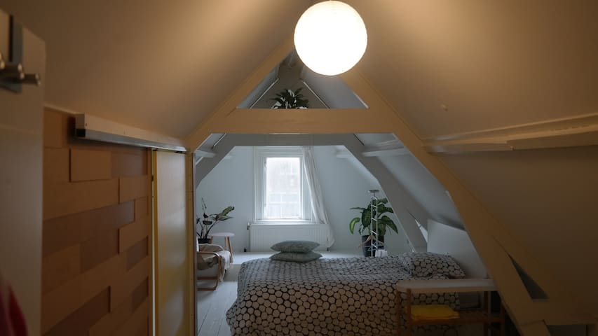 Attic room of 19th century Europe:1 Queen Bed - Dordrecht - アパート