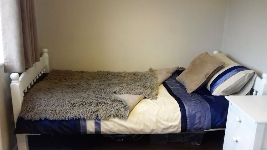 Clean and comfortable single room with desk - Golcar - Haus