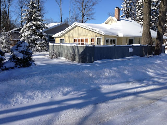 4Bdrm- Charming Lake Simcoe Cottage Steps to Water - Innisfil - Cabaña