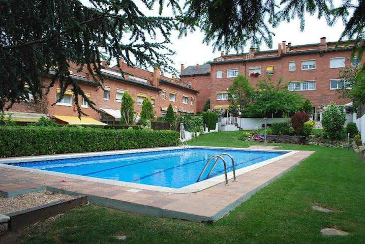 Spacious room in residential area - Sant Cugat del Vallès - Rumah