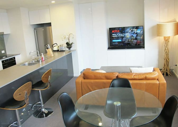 Top floor executive 1 bedroom apartment - Braddon