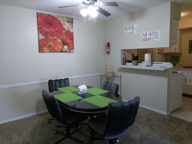 Lovely, Clean, Colorful, Cozy 2B/2B - Oklahoma City - Appartement