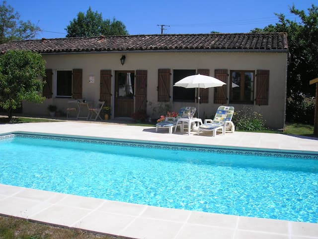 Country Cottage for couples with heated pool - Ménigoute - Gästhus