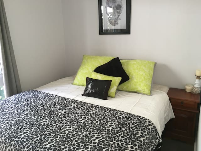 Comfortable private room, king bed - New Lambton Heights - Rumah