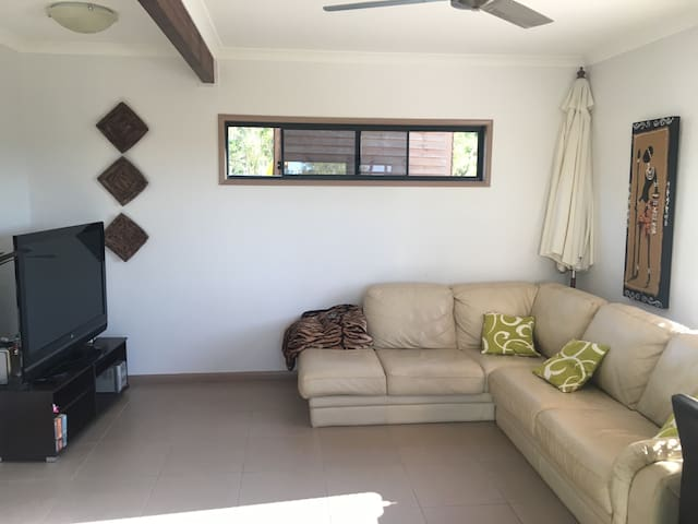 Private poolside apartment - Little Mountain - Daire