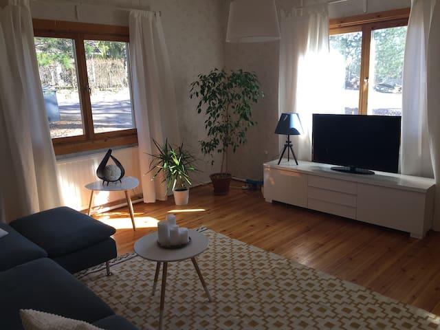 Double bedroom in a cozy wooden house. - Vantaa - Casa