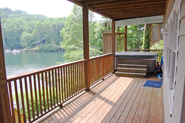 Quiet Lake Home in Golf, Swim, and Tennis Com. - Waleska - Huis