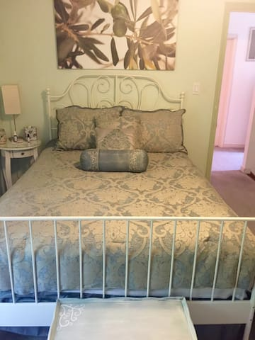 Comfy room & continental breakfast - Chester