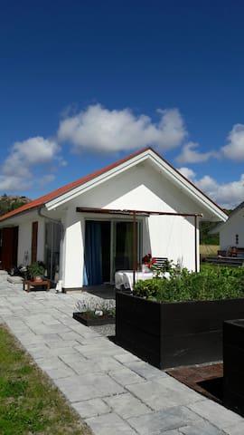 Cosy Studio with a relaxing garden - Tjörn Municipality - Konukevi