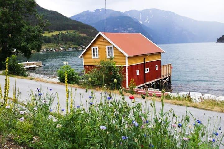 Båtnaust, med leilighet - Sogndal - 小木屋