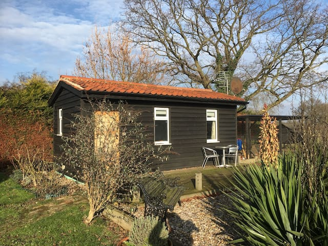 Double bedroom, situated in garden of large house - Little Clacton - Hus