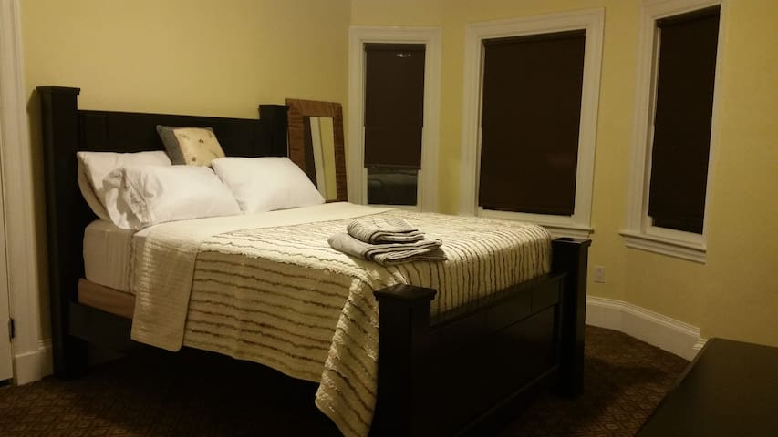 Warm spacious, clean room.  You will Restmore - Boston - Departamento