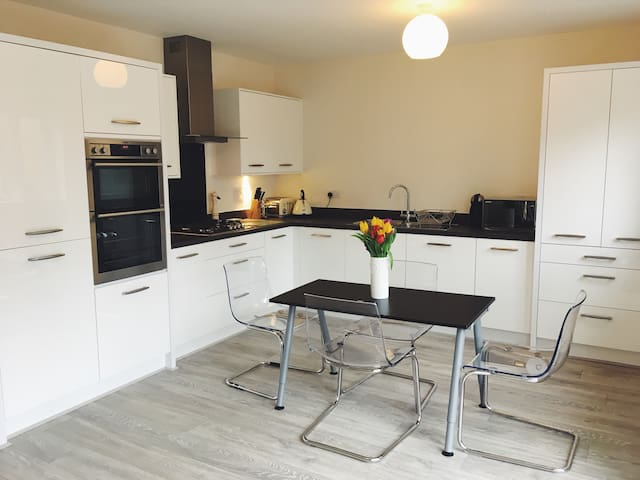 Big double room, contemporary home - Manchester - Hus
