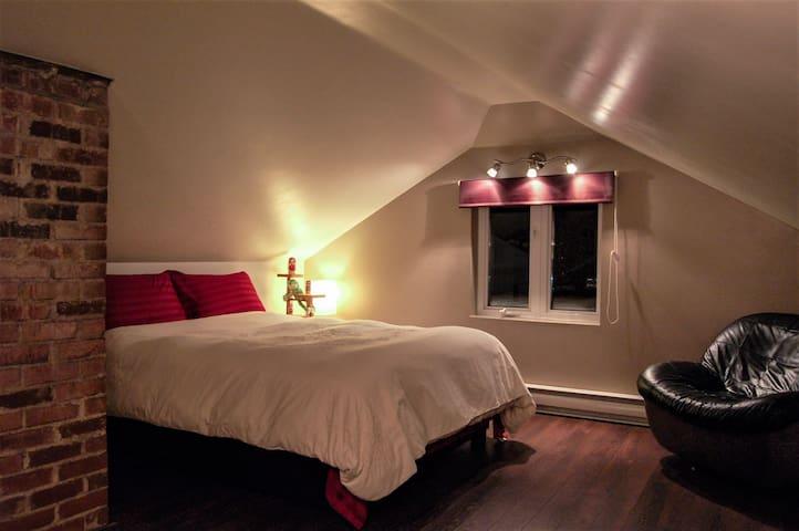 Lovely attic queen bedroom with private bathroom. - Ville de Québec - Lägenhet