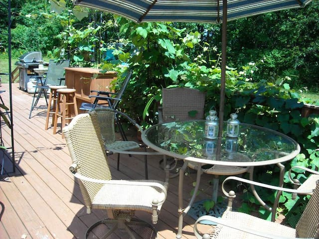 Peaceful Private Room in house at Woods Edge - Poughkeepsie - Bed & Breakfast