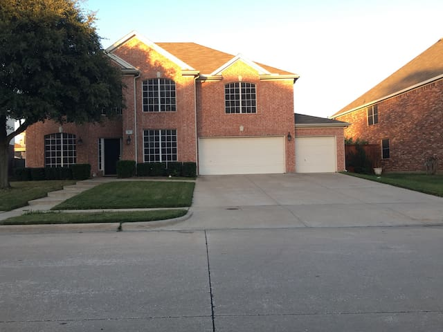 Two Story 3,200 sq feet of Fun Home - Mansfield - Huis