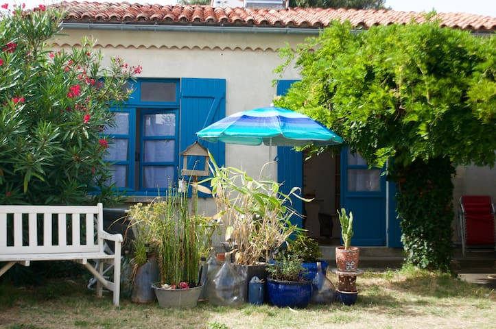 Guest house with terrace, 60 yards from beach - Saint-Georges-de-Didonne - Hus