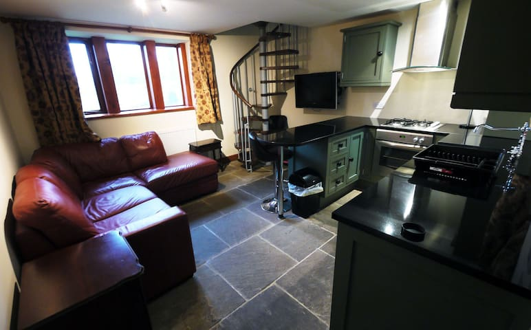 One Bedroom Grade II listed Cottage with Parking - Holmfirth - Ev