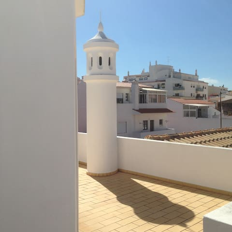 Huge Balcony + 2 Bed + Liv Room Apartment in Lagoa - Lagoa - Lägenhet
