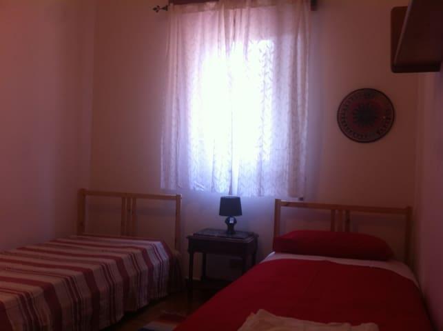 Stanza due letti piano terra - Monreale - Bed & Breakfast
