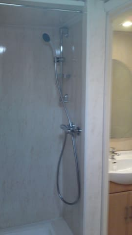 1  rooms to rent in family home - Abertridwr - Casa