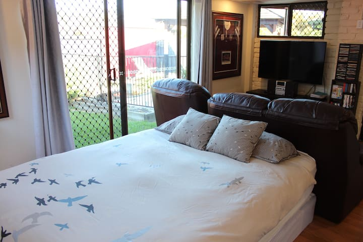 Private flat - just 12km from Brisbane CBD - The Gap - Gjestehus