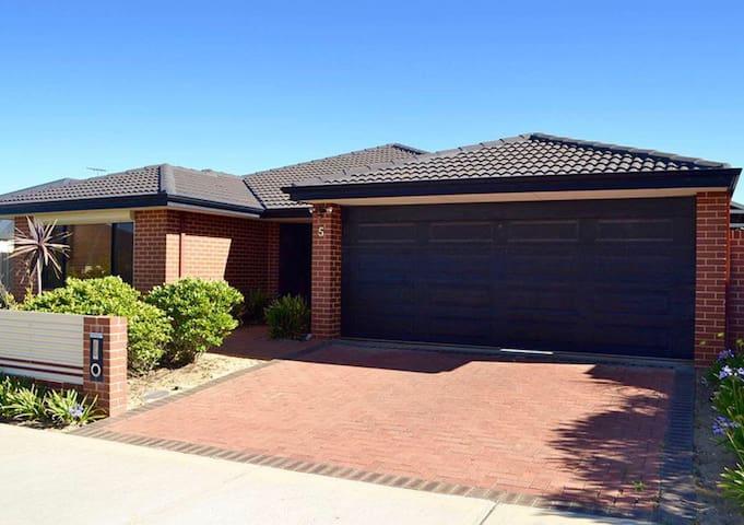 Large modern 4x2 home in rural area - Bullsbrook - Rumah